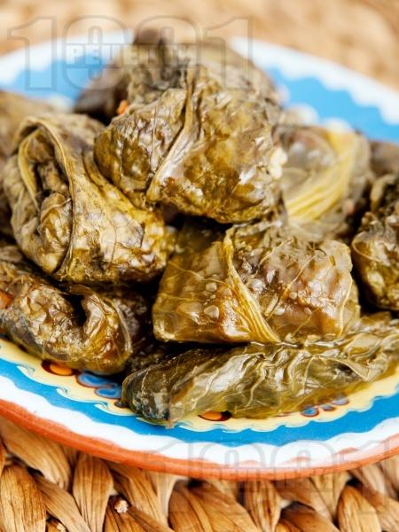 Сарми от лападови листа пълнени с ориз и кайма печени в тава на фурна - снимка на рецептата